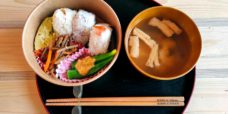 bento-onigiri-soupe_miso_mediacafe-espacejapon
